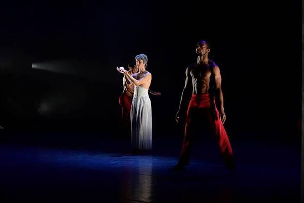 Mit abstrakten Tanzbewegungen und artistische Elemente wollen die Tänzer der Pizzi Dance Art Company Emotionen beim Publikum wecken.