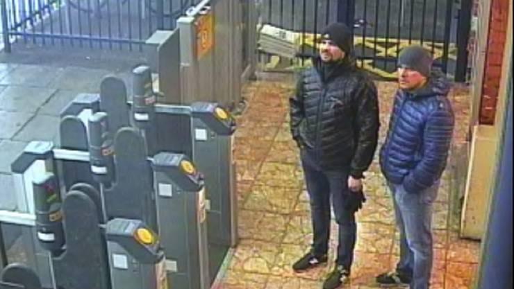 Hier standen die bereits bekannten Männer am Bahnhof von Salisbury. Doch anscheinend soll noch ein dritter Mann am Angriff auf Skripal beteiligt gewesen sein.