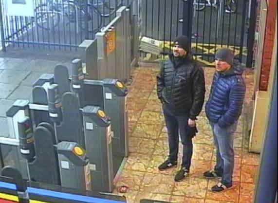 Diese Aufnahme zeigt die beiden Agenten am Bahnhof in Salisbury.