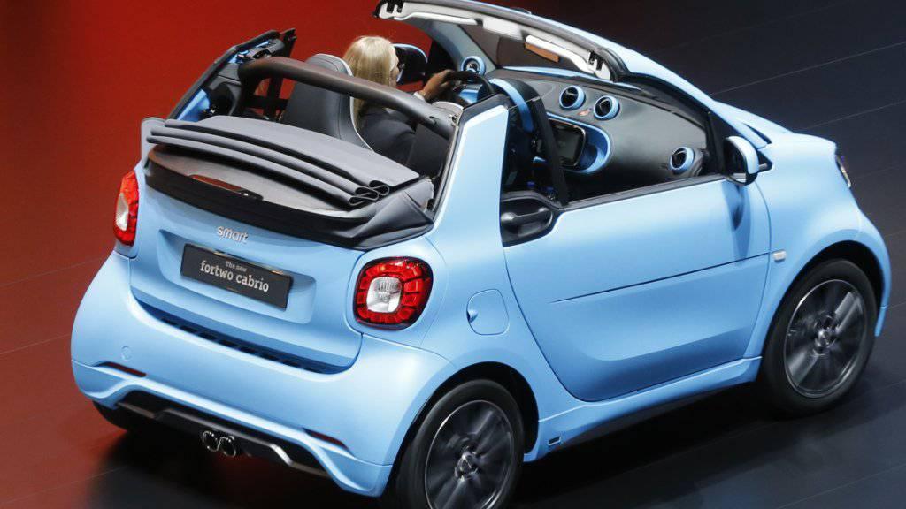 In Deutschland ist der Smart nicht mehr nur Auto, sondern auch Paket-Kasten: Online-Bestellungen werden in den Kofferraum geliefert oder Retouren dort abgeholt. (Symbolbild)