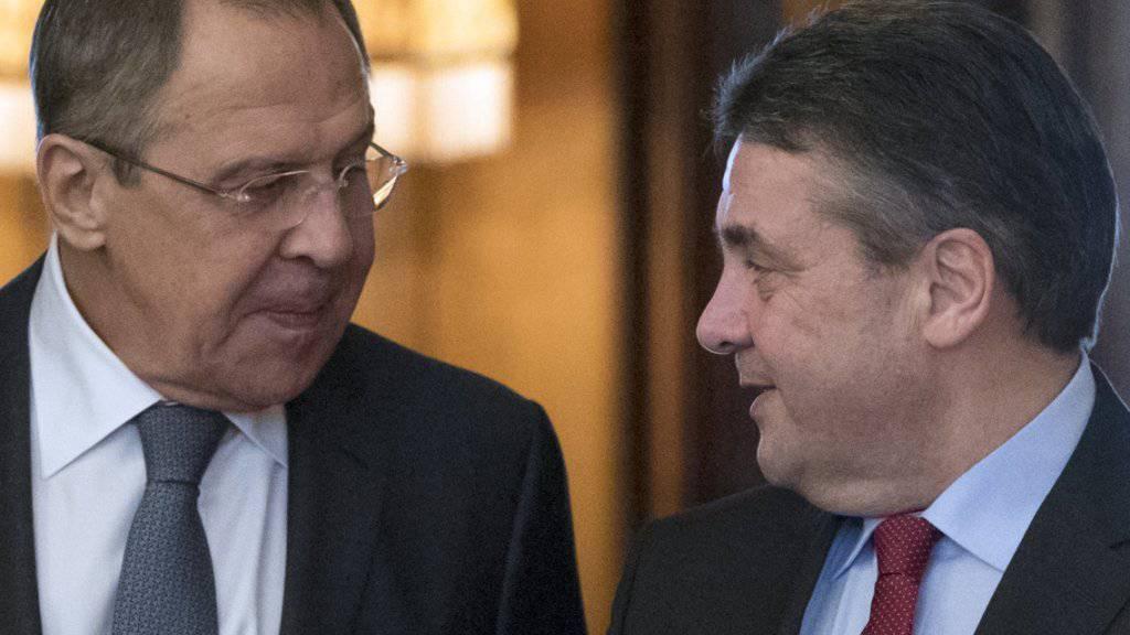 Antrittsbesuch in Moskau: Der deutsche Aussenminister Sigmar Gabriel (rechts) wird von seinem russischen Amtskollegen Sergej Lawrow empfangen.