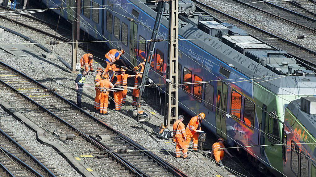 Fachleute nehmen die entgleiste S-Bahn am Mittwochnachmittag genau unter die Lupe.