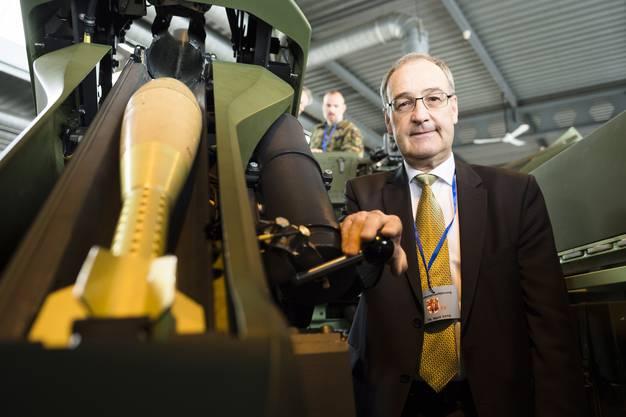 Bundesrat Guy Parmelin inspiziert das neue Arbeitsmaterial