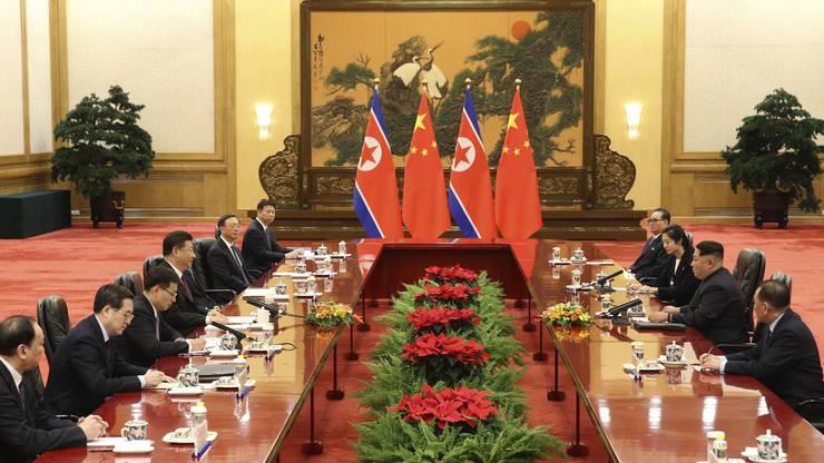 Die Gespräche in der Grossen Halle: Der nordkoreanische Machthaber Kim Jong Un mit Delegation beim Staatsbesuch in China.