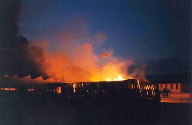 Rega-Helikopter über der brennenden Tela-Fabrik
