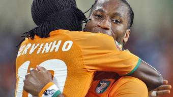 Torschütze Gervinho (l.) umarmt Captain Didier Drogba