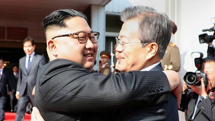 Überraschend hat sich Nordkoreas Machthaber Kim Jong Un (links) zum zweiten Mal innerhalb weniger Wochen mit dem südkoreanischen Präsidenten Moon Jae In getroffen.