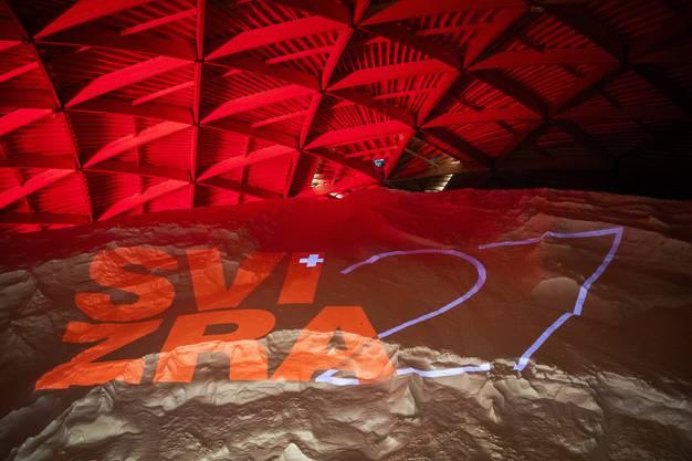 Das Logo der Landesausstellung Svizra27 auf 120'000 Tonnen Salz projiziert.