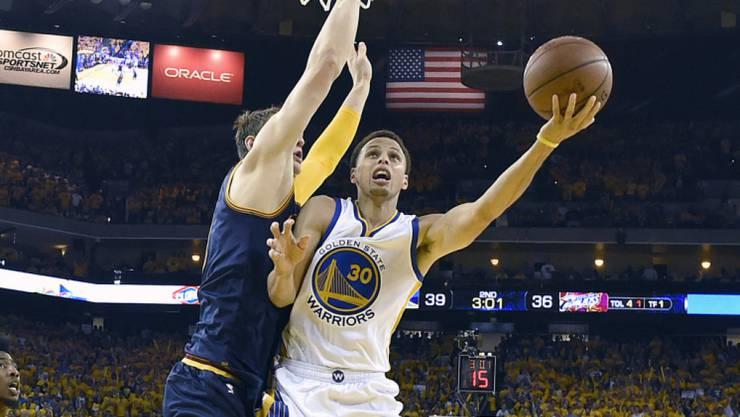 Stephen Curry (in weiss) führt Golden State zum ersten Sieg, obwohl LeBron James von Gegner Cleveland 44 Punkte verbuchte