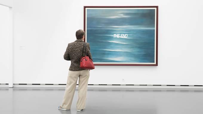 Wenige Minuten nach Ende des Museums-Lockdowns war sie zurück: Sabine Altorfer im Kunsthaus Aargau vor dem Bild «The End» von Urs Lüthi.