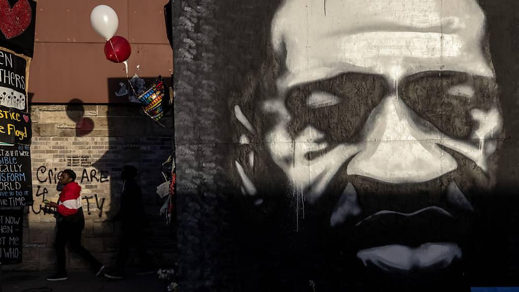 Blick auf eine beleuchtete Gedenkstätte für George Floyd, der am 14. Oktober 47 Jahre alt geworden wäre. Er verstarb am 25. Mai 2020 infolge eines brutalen Polizeieinsatzes. Fast ein Jahr später beginnt in den USA der Prozess gegen den weissen Hauptangeklagten Derek Chauvin. (Archiv)
