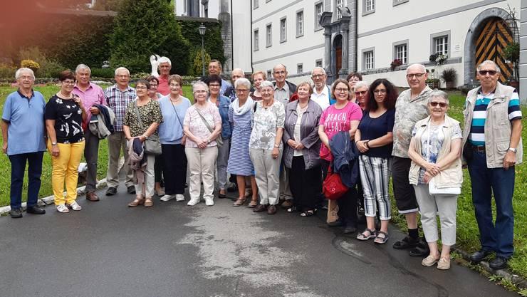 Die Reisegesellschaft vor dem Kloster Engelberg