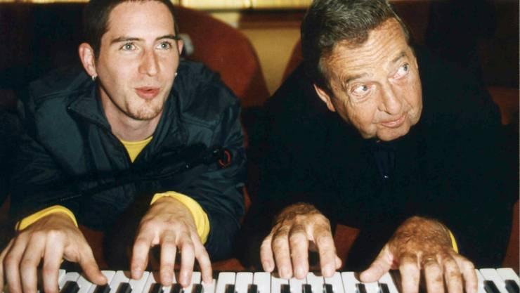 """Der Filmmusik-Komponist Peter Thomas (rechts) mit dem HipHopper Ich-Zwerg (links):  Bekannt war Thomas wegen seiner Musik zur """"Raumpatrouille"""" und zu Edgar Wallace-Filmen. Jetzt ist er mit 94 Jahren in Lugano gestorben. (Archivbild)"""