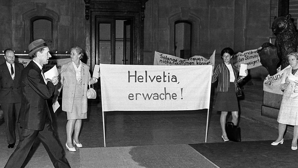 Frauenrechtlerinnen demonstrieren im Bundeshaus in Bern vor der Debatte im Nationalrat über den Beitritt der Schweiz zur Europäischen Menschenrechtskonvention, aufgenommen am 12. Juni 1969. (Archivbild)