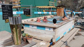 Einen Tag nachdem das Bagno Popolare am neuen Ort eröffnete, tummeln sich darin bereits wieder Badegäste.