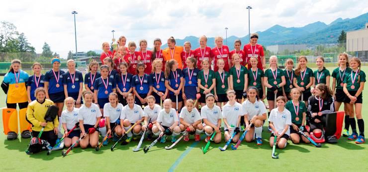 Rotweiss Wettingen (Schweizermeister) in rot, HC Olten (Silbermedaille) in blau und Luzerner SC (Bronzemedaille) in grün. Im Vordergrund HC Olten 2 (4. Rang) in weiss