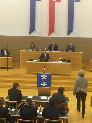 Der 2. Vizepräsident Markus Erni hat seinen Platz eingenommen.