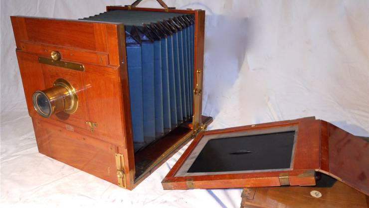Die Familie Hoffmann schenkt dem Historischen Museum Basel die Fotoapparatesammlung von drei Generationen.