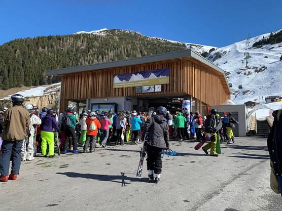 Anstehen für den Skilift am ersten Radio Argovia Skitag in Andermatt.
