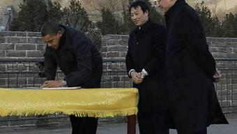 Barack Obama trägt sich an der Grossen Mauer ins Gästebuch ein