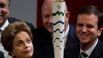 Dilma Rousseff blickt zur Olympia-Fackel hoch