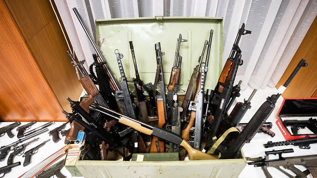 Beschlagnahmte Waffen werden im Rahmen einer Pressekonferenz der Landespolizeidirektion Wien gezeigt. Foto: Georg Hochmuth/APA/dpa