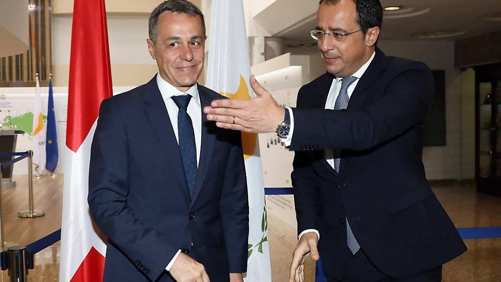 Besuch in Nikosia: Aussenminister Ignazio Cassis (links) beim Empfang durch seinen Amtskollegen Nikos Christodoulides im Aussenministerium.