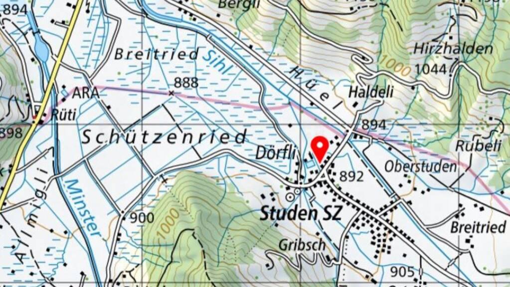 Die Sihl fliesst, bevor sie in den Sihlsee mündet, am Dorf Studen vorbei.