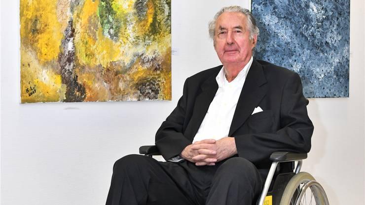 Kurt Lang vor zwei seiner Werke im Kantonsspital. Bruno kissling