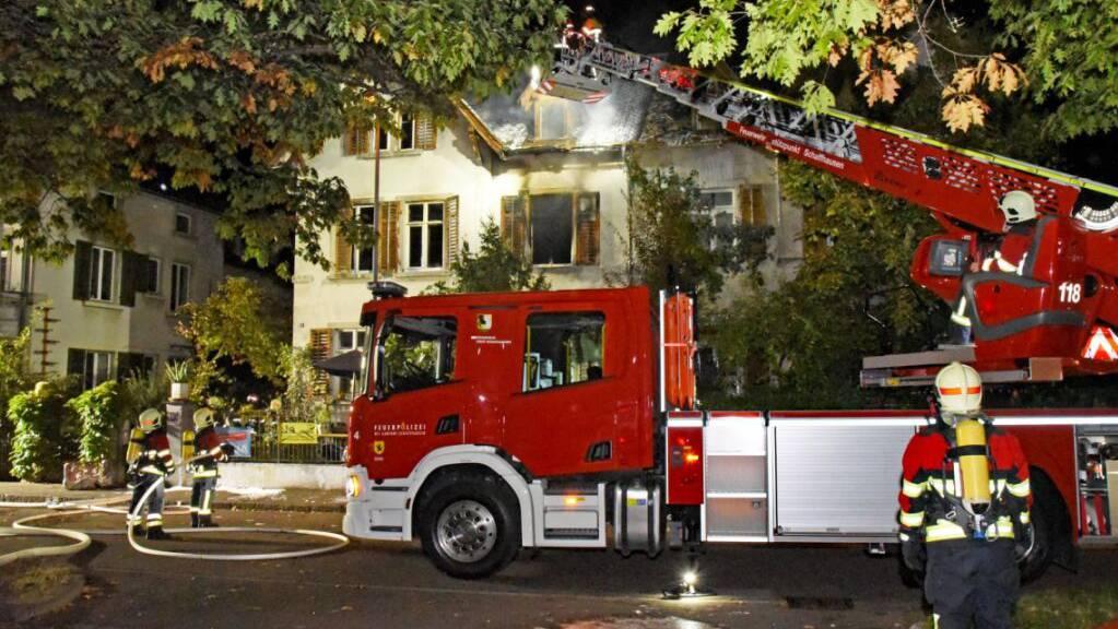 Das Feuer konnte erst «nach grösserem Aufwand» gelöscht werden, wie die Polizei mitteilte. Rund 60 Feuerwehrangehörige standen im Einsatz.