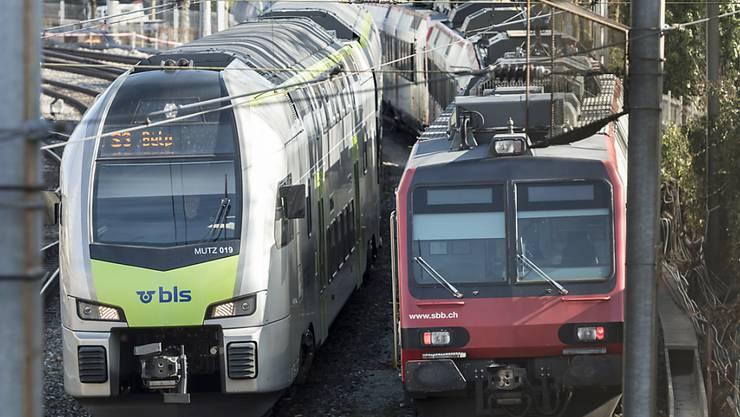 Eine BLS-Komposition überholt einen stehenden SBB-Zug. Die SBB wollen sich mit einer Beschwerde dagegen wehren, dass die BLS eine Fernverkehrs-Konzession erhält. (Archivbild)