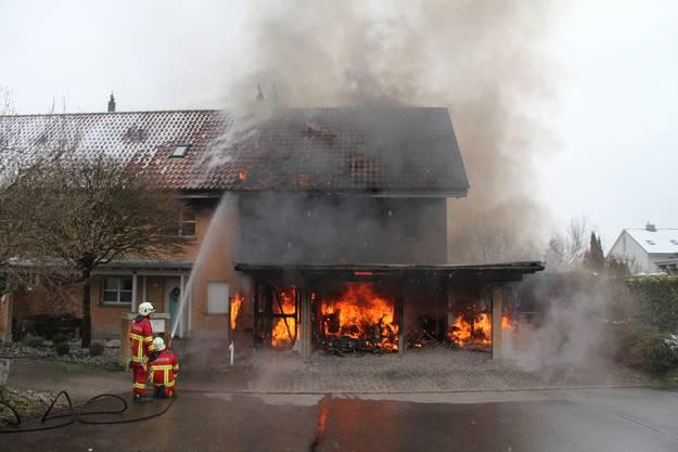 Der Feuerwehr gelang es, das Feuer zu löschen.