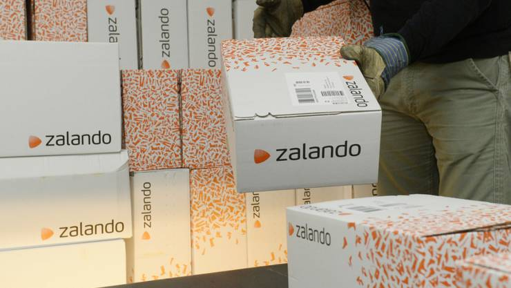 Zalando-Paktete werden für den Versand vorbereitet (Archivbild).