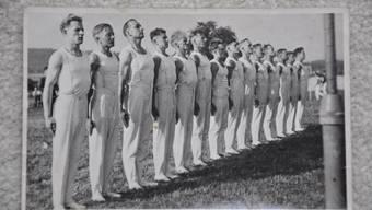 In zeitgemässer militärischer Formation 1941 am Verbandsfest in Schlieren.