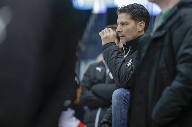 Oltens Trainer Chris Bartolone beachtet das Geschehen auf dem Eis kritisch.