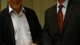 Markus Kappeler (links) ist 62-jährig und seit 2002 Gemeindeammann (EVP) von Uerkheim. Hans-Ruedi Hottiger, 56, ist seit 2006 Stadtammann (parteilos) von Zofingen. Die AZ hat die beiden im Gemeindehaus Uerkheim zum Gespräch getroffen. Auf der Karte zeigen sie die gemeinsame Grenze von Uerkheim und Zofingen – und hoffen, diese möge bald fallen. (trö)