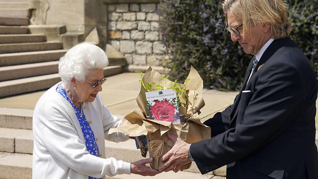 Queen pflanzt Rose zu Prinz Philips 100. Geburtstag