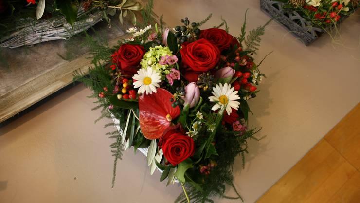 Blumengestecke in Herzform sind am Valentinstag gefragt.