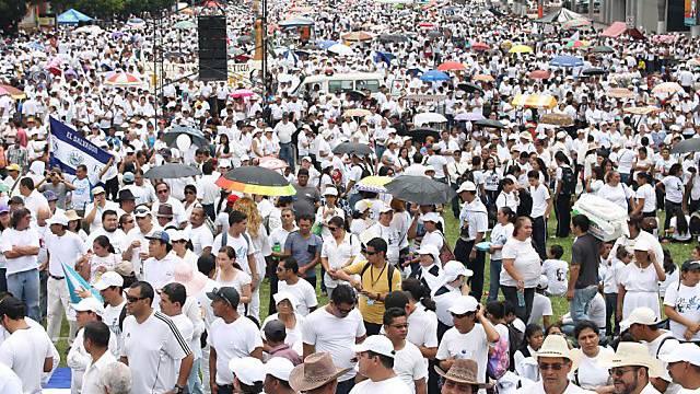 Die weissen Kleider gehisst: Demonstranten in El Salvador