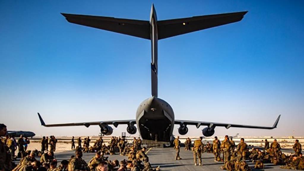 US-Marines warten auf dem Luftwaffenstützpunkt Al Udeied in Katar auf ihren Flug nach Kabul. Nach Berichten über schlechte hygienische Zustände auf dem Militärflugplatz nahe der katarischen Hauptstadt Doha haben die USA schnelle Besserung versprochen.