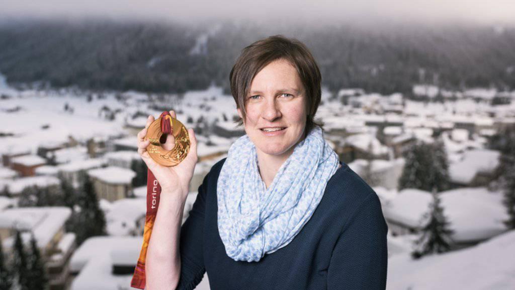 Daniela Sonderegger-Meuli mit ihrer vor 12 Jahren gewonnen Olympia-Goldmedaille