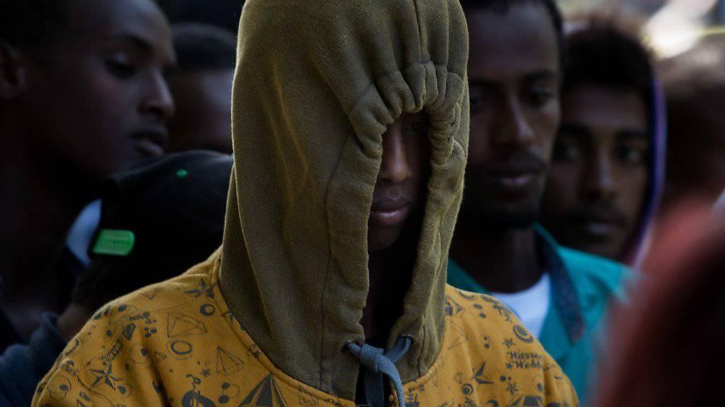 Viele der in die Schweiz illegal Eingereisten, werden an Italien zurücküberwiesen. Für sie endet die Reise deshalb vorläufig am Bahnhof in Como.
