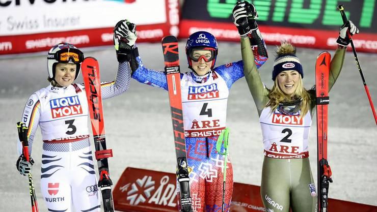 Die strahlende Siegerin Petra Vlhova (Mitte) und ihre Begleiterinnen aufs Podest: die Zweite, Viktoria Rebensburg (links), und die Dritte, Mikaela Shiffrin (rechts).