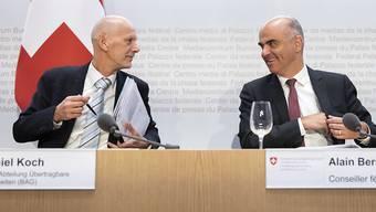 Bundesrat Alain Berset (rechts) diskutiert mit Daniel Koch, Leiter Abteilung übertragbare Krankheiten beim Bundesamt für Gesundheit (BAG). (Archivbild)