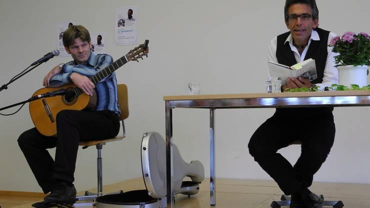 Wilfried Meichtry und Lukas Gerber führten das Publikum durch das Leben von Mani Matter. mf