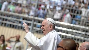 Papst Franziskus begrüsst die Gläubigen im Stadion.