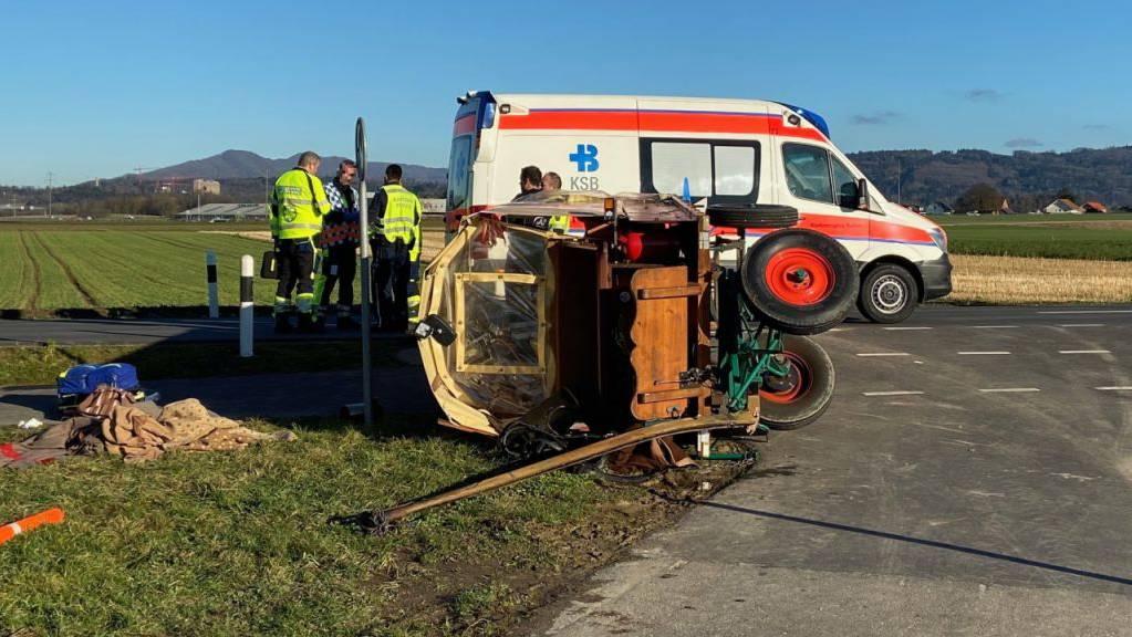 Weil diese Kutsche in Lupfig AG zur Seite kippte, endete für sechs Personen die sonntägliche Fahrt im Spital. Sie wurden leicht verletzt.
