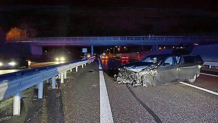 Das Bild zur letzten Meldung eines Junglenker-Unfalls im Aargau: In Oberentfelden krachte ein 19-Jähriger am Sonntag in die Mittelleitplanke der A1.