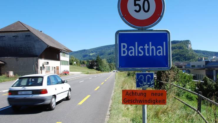 Die Tafeln für Ortsanfang und Höchstgeschwindigkeit stehen nun westlich der Vogelsmatt Laupersdorf. wak