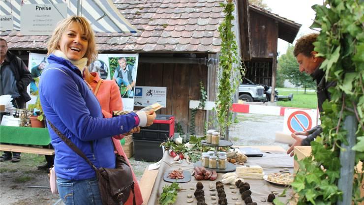 Besucher des Trüffelmarkts konnten sich mit der schwarzen Delikatesse eindecken.